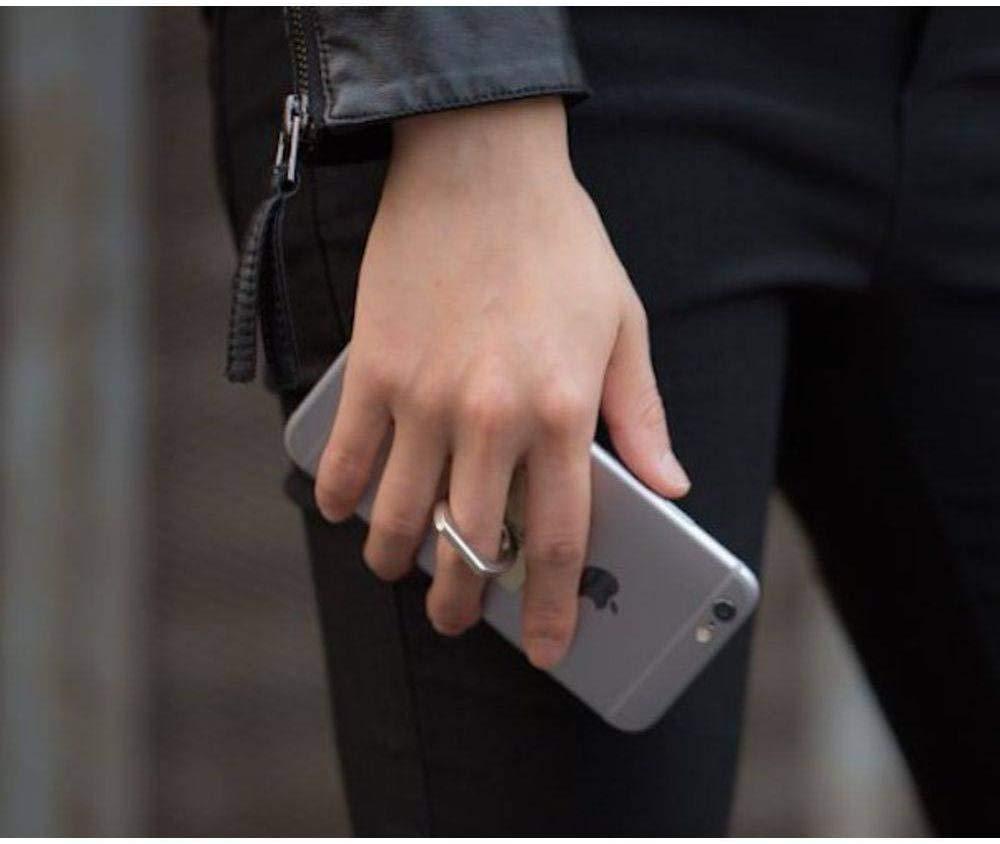 Imagem de uma pessoa segurando o smartphone com o auxílio de um anel para celular.