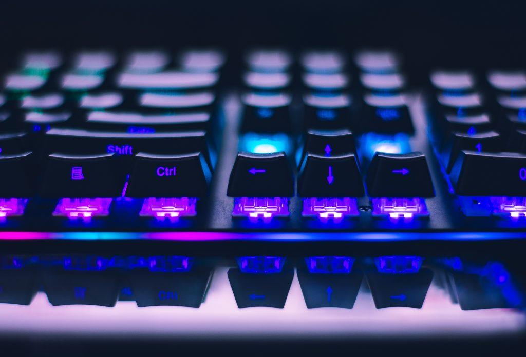 Imagem de teclado Razer com teclas altas iluminadas em roxo
