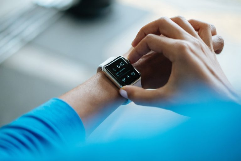 Braço de homem com smartwatch no pulso.