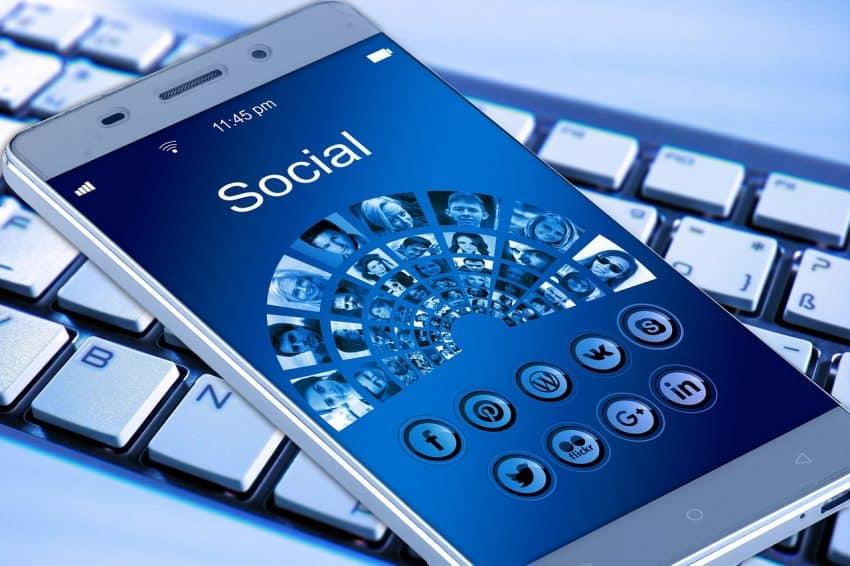 Imagem de smartphone com ícones das principais redes sociais.