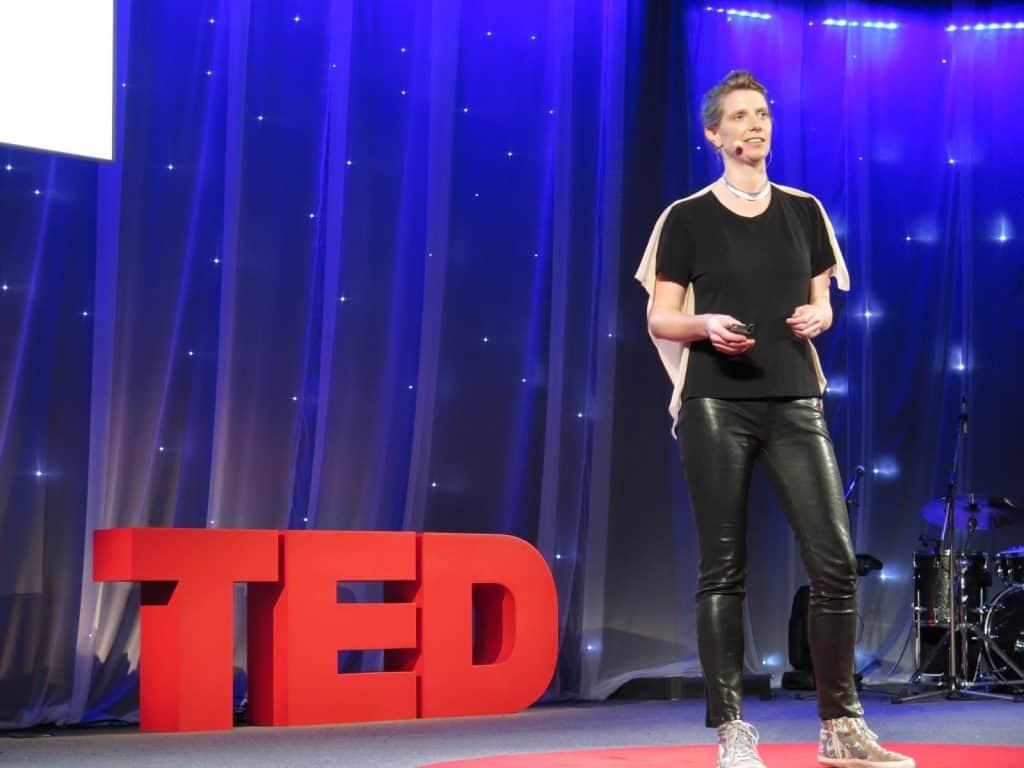 Imagem mostra a palestrante Julie Freeman no TED Talks.