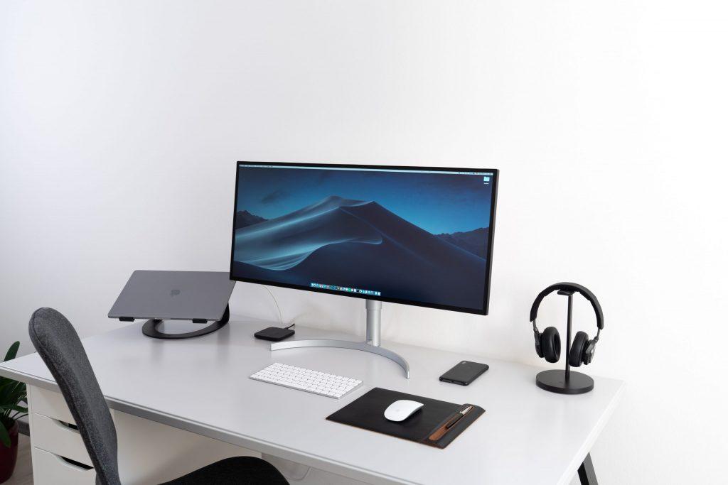 Imagem de um monitor ultrawide.
