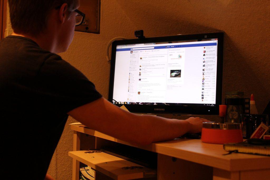 Imagem de pessoa usando o computador com monitor Samsung