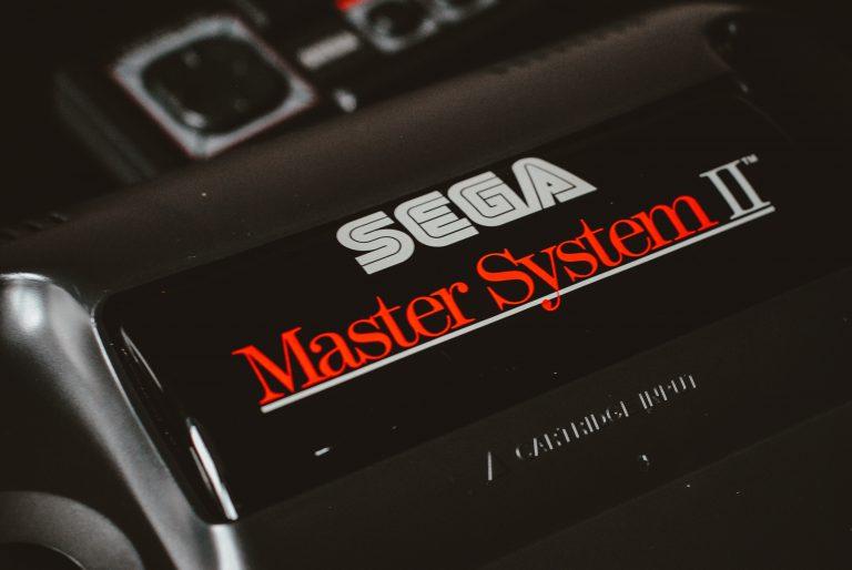 Imagem mostra um console Mega Drive preto