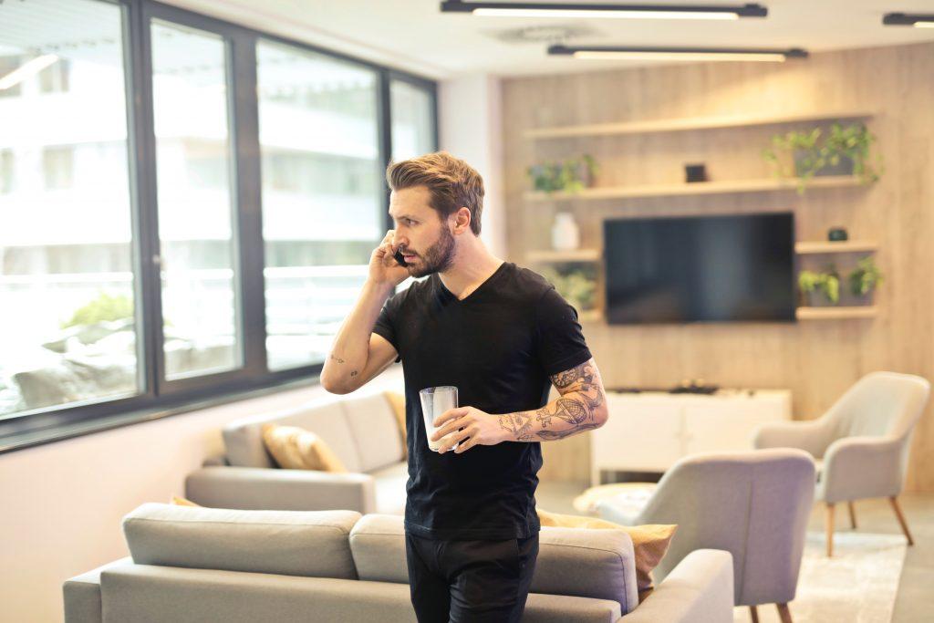 Imagem de um homem falando ao telefone.