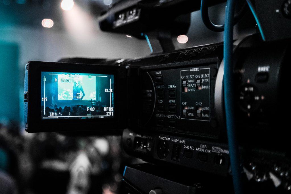 Na foto uma filmadora com o visor aberto.