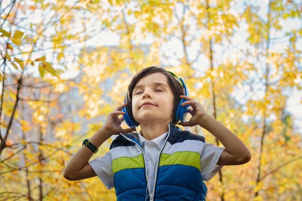 Imagem de um menino usando um headphone.