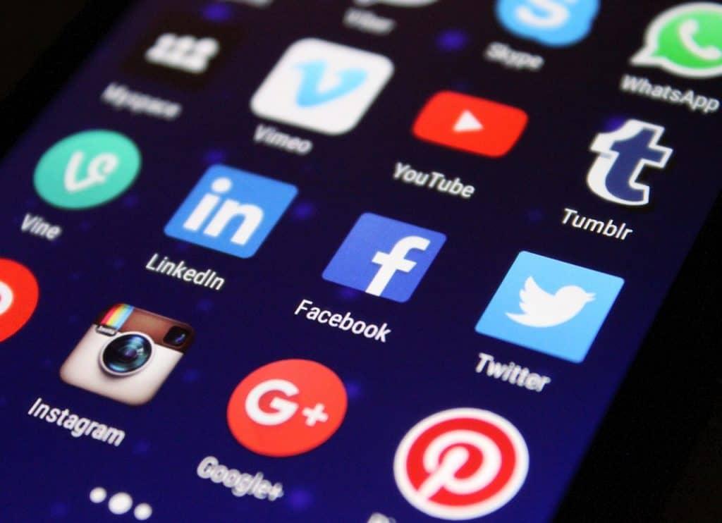 Close em tela de celular mostrando menu de aplicativos.