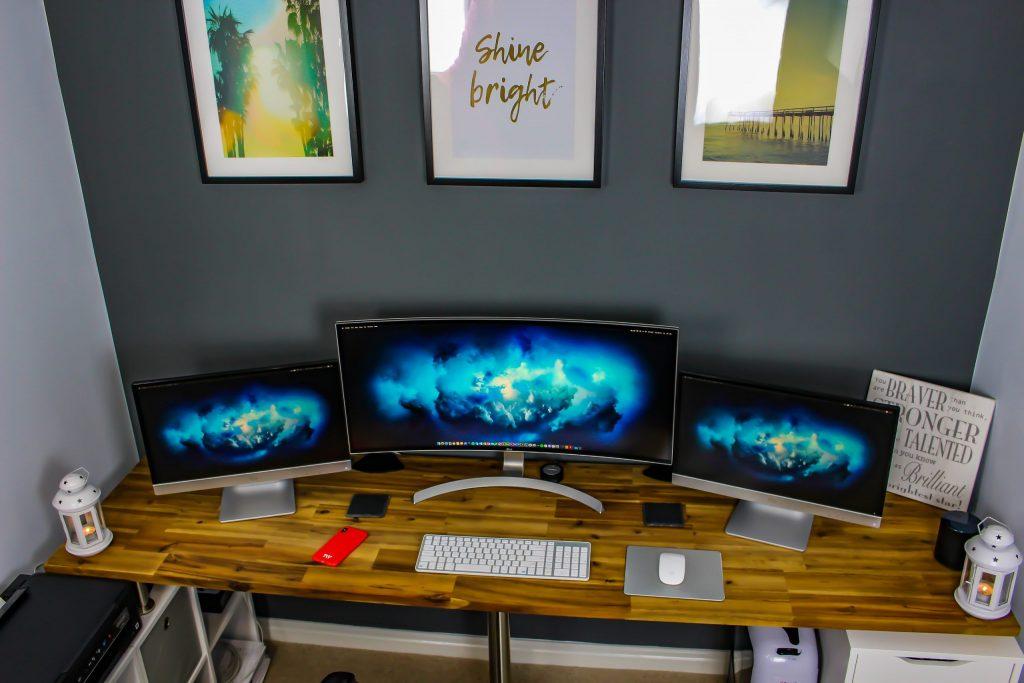 Imagem de três monitores.