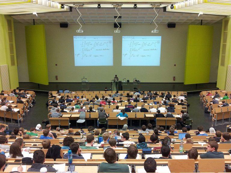 Imagem de sala de aula com uma tela de projeção