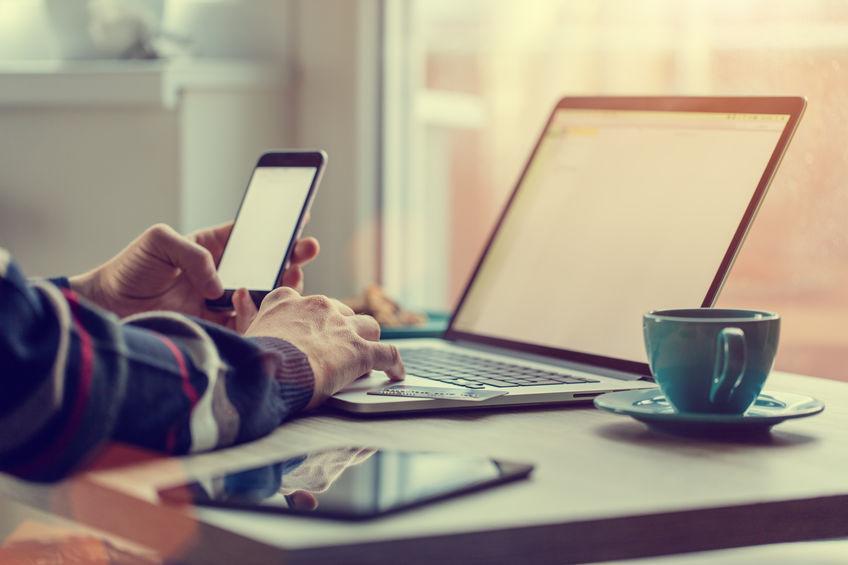 A imagem mostra um notebook/tablet Dell em um fundo branco.