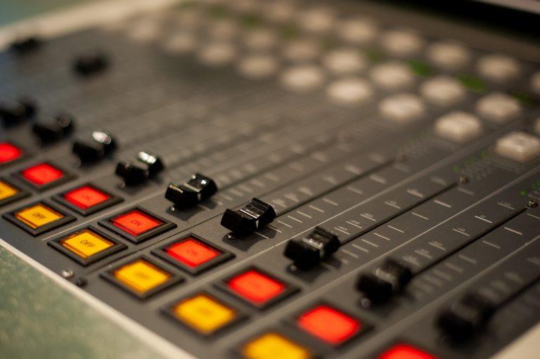 Imagem mostra uma mesa de som 12 canais em detalhe.