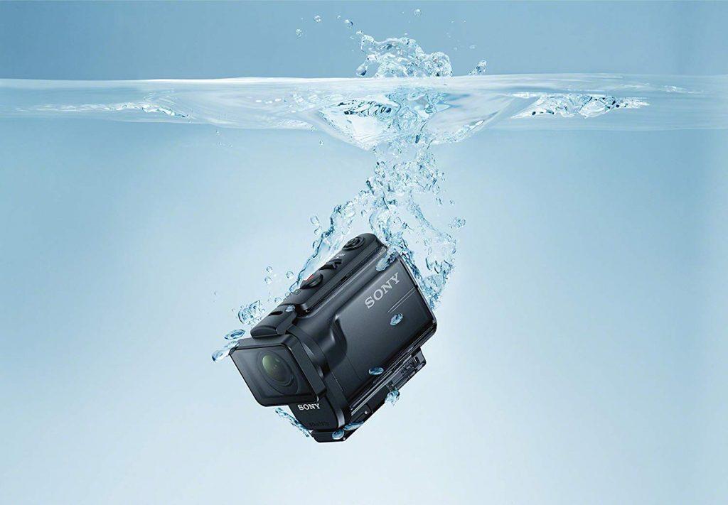 Na foto uma câmera Sony embaixo d'água.