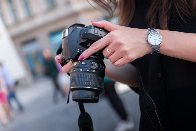 Imagem de uma pessoa segurando uma câmera.