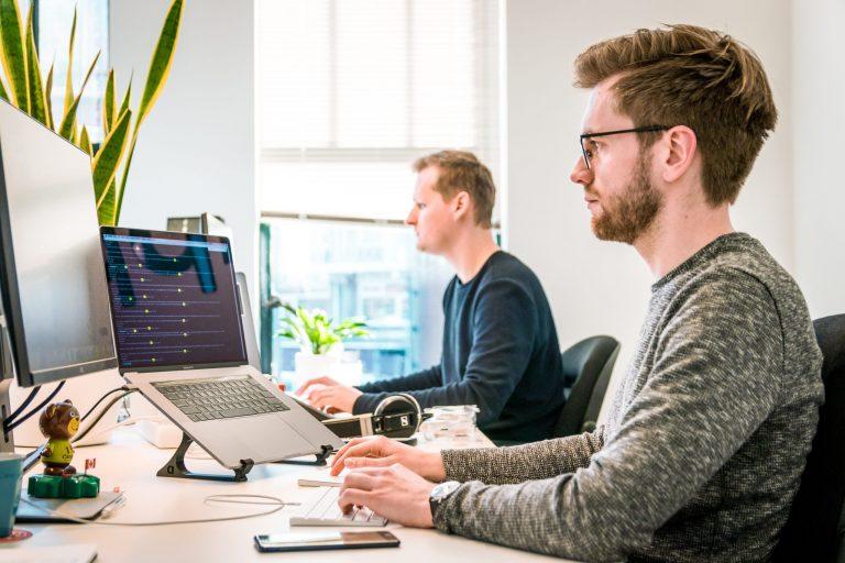 Imagem de dois homens trabalhando.