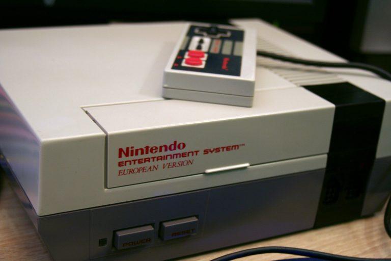 Imagem mostra um Nintendo NES com um controle