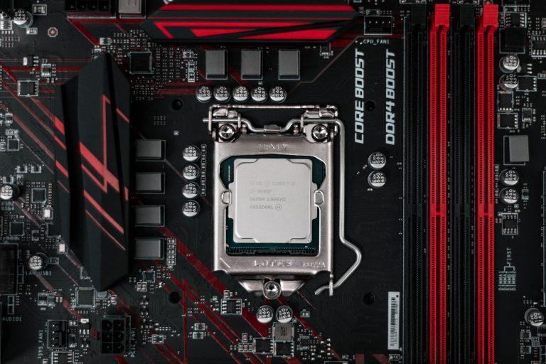 Imagem de placa mãe com um processador Intel i5