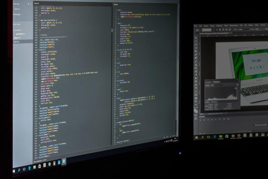 Imagem de ambiente de trabalho com dois monitores