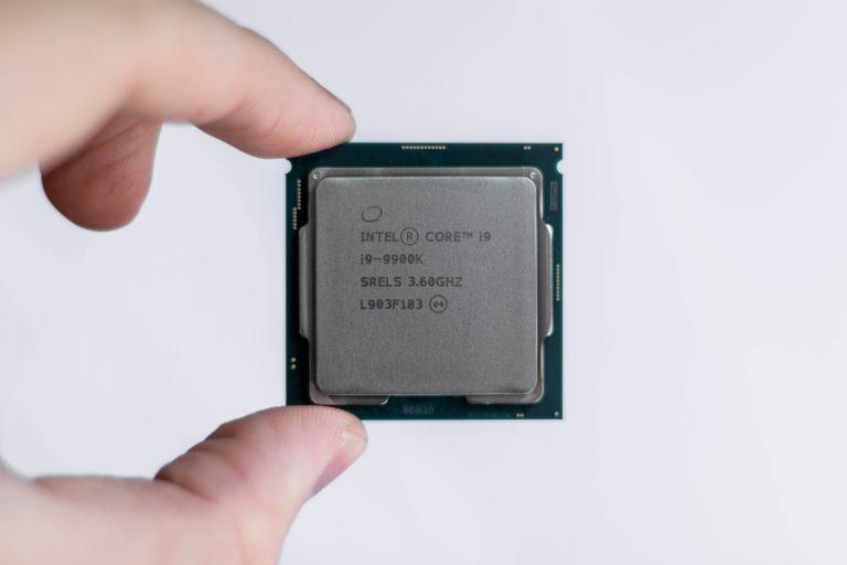 Imagem de pessoa segurando um processador Intel i9