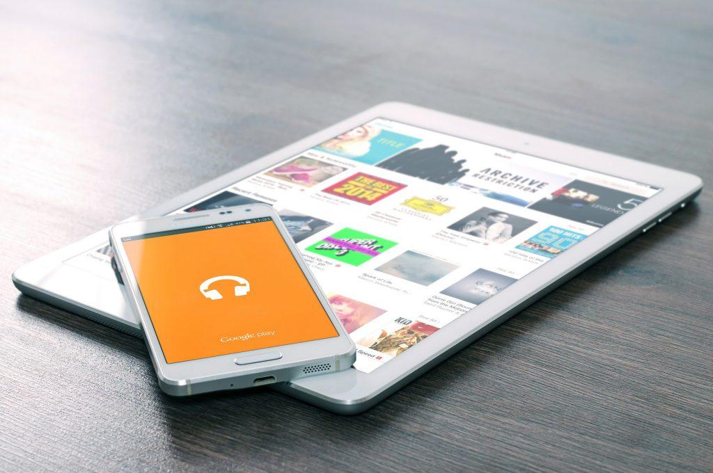 Imagem de um smartphone em cima de um tablet