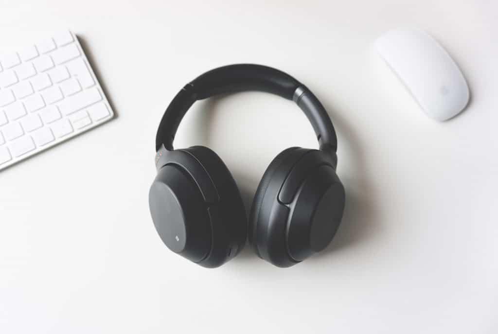 Imagem de um headphone preto.