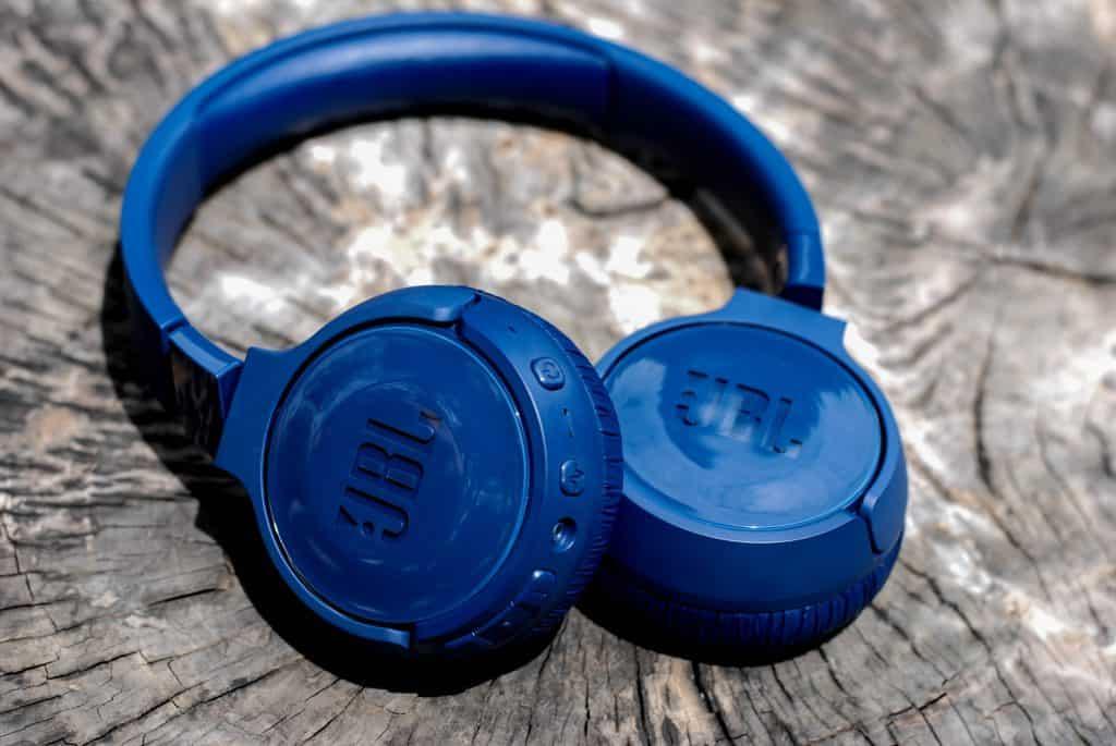 Imagem de um headset da JBL.