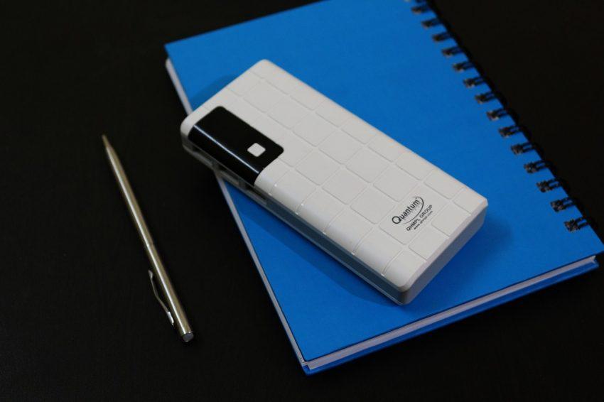 Imagem de um carregador portátil com mais de uma entrada USB.