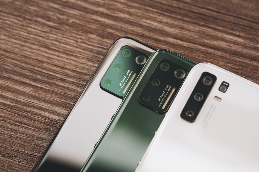 Imagem de celulares com multicâmeras.