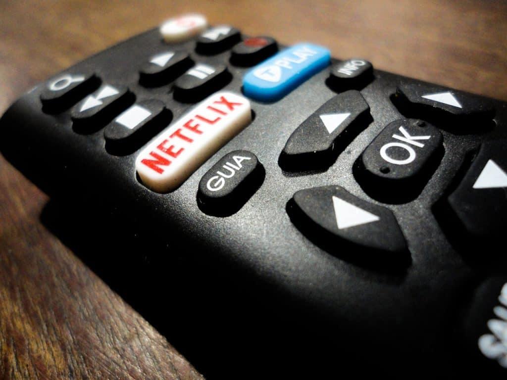 Imagem de um controle remoto com botão para a Netflix