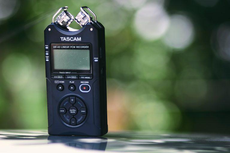 Imagem mostra um gravador preto com diversos botões.