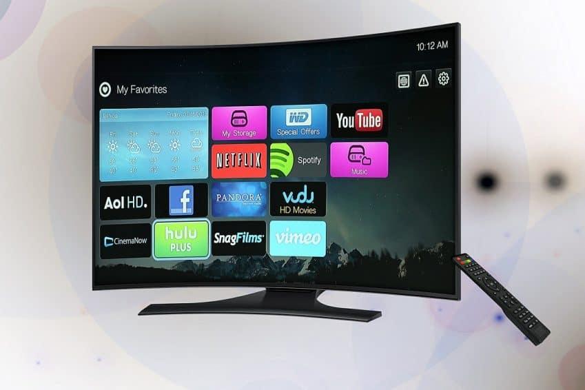 Imagem mostra televisão ligada na tela de aplicativos.