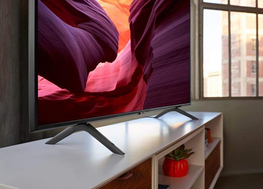 TV Samsung 4k em cima de um racker.