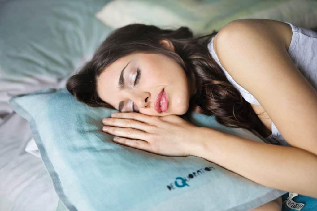 Imagem de uma mulher dormindo.