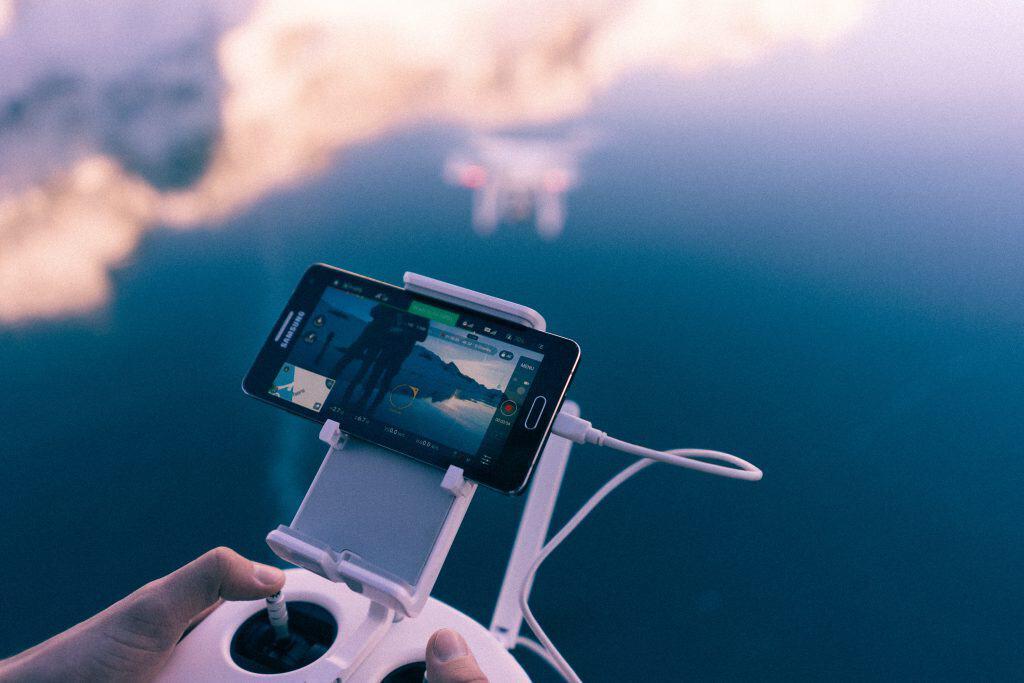 Imagem do controle remoto de um drone com câmera.