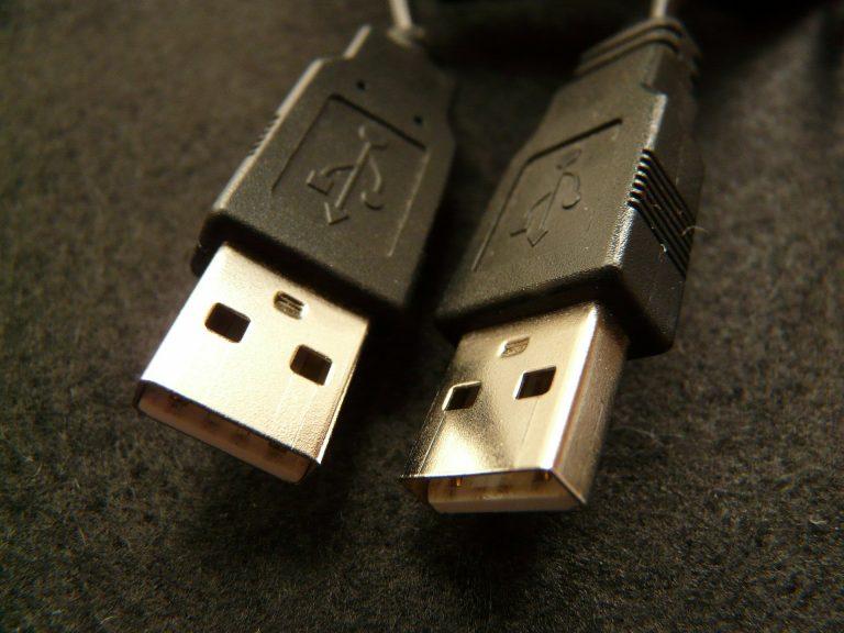 Imagem de dois cabos carregadores USB