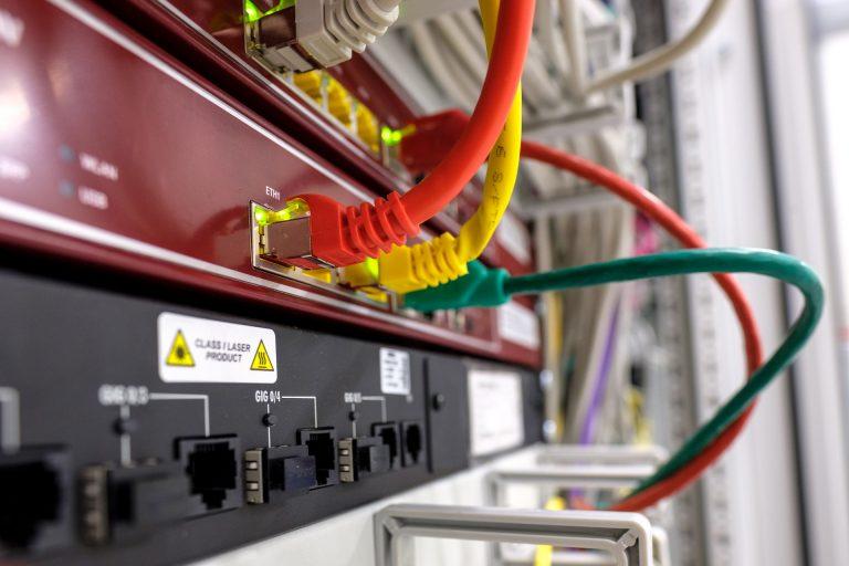 Imagem mostra cabos de rede conectados.