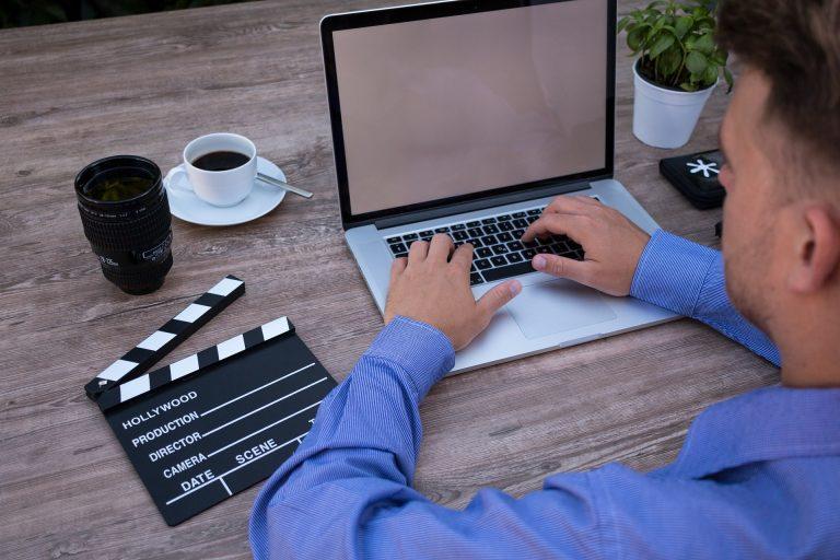 Imagem de um homem utilizando o computador.