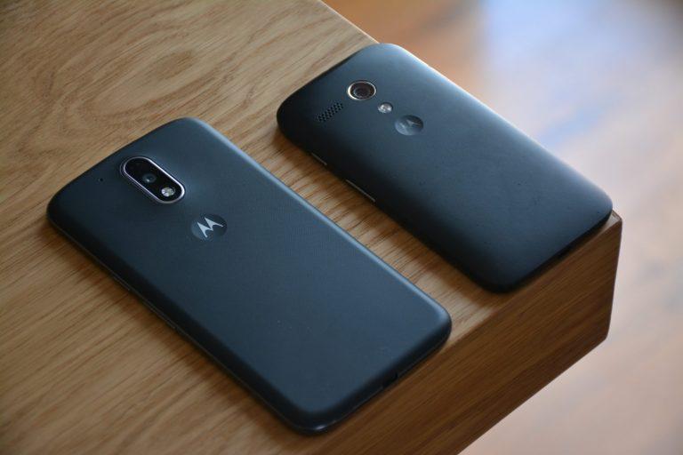 Dois celulares da Motorola.