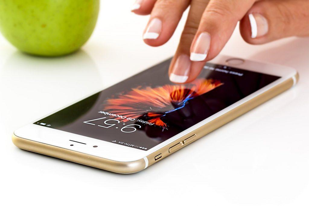 Imagem de uma pessoa utilizando um celular.