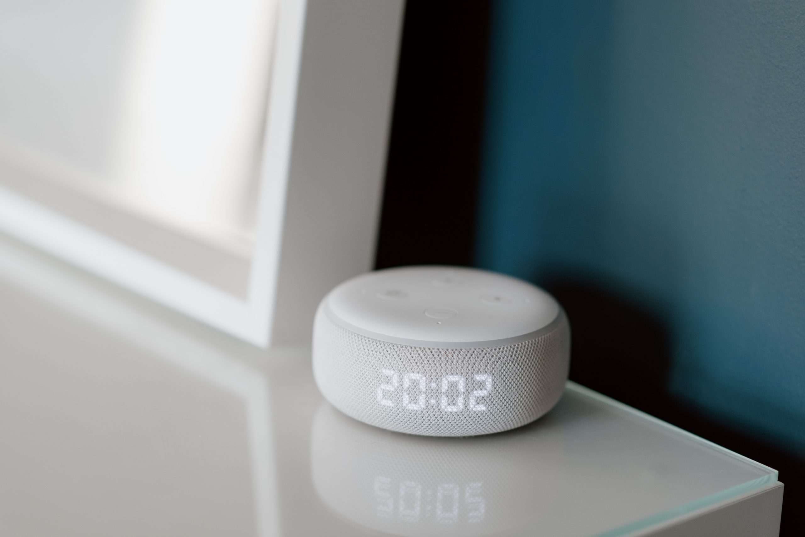 Imagem mostra um relógio inteligente sobre uma mesa.