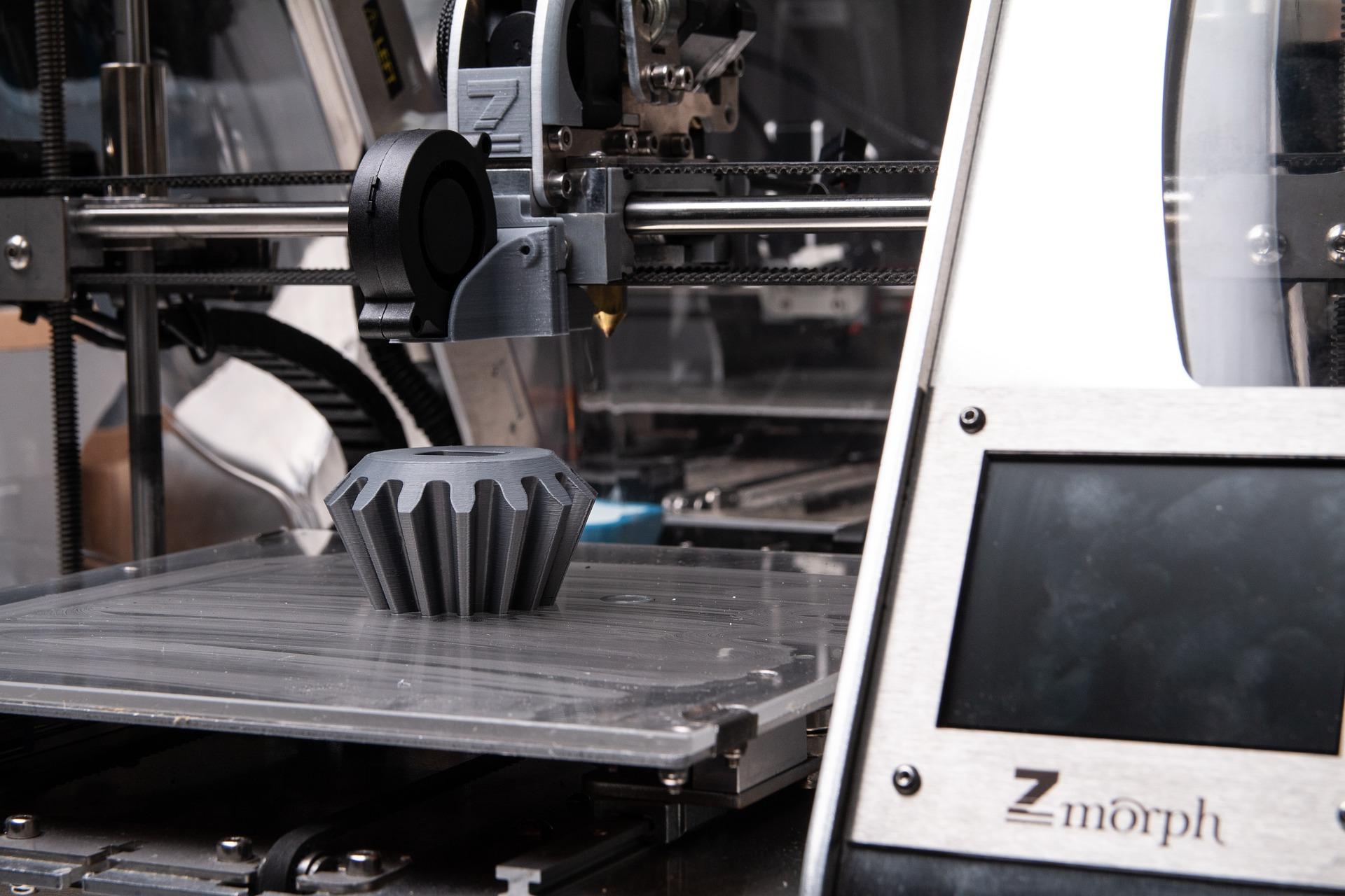 Imagem mostra uma impressora 3D.