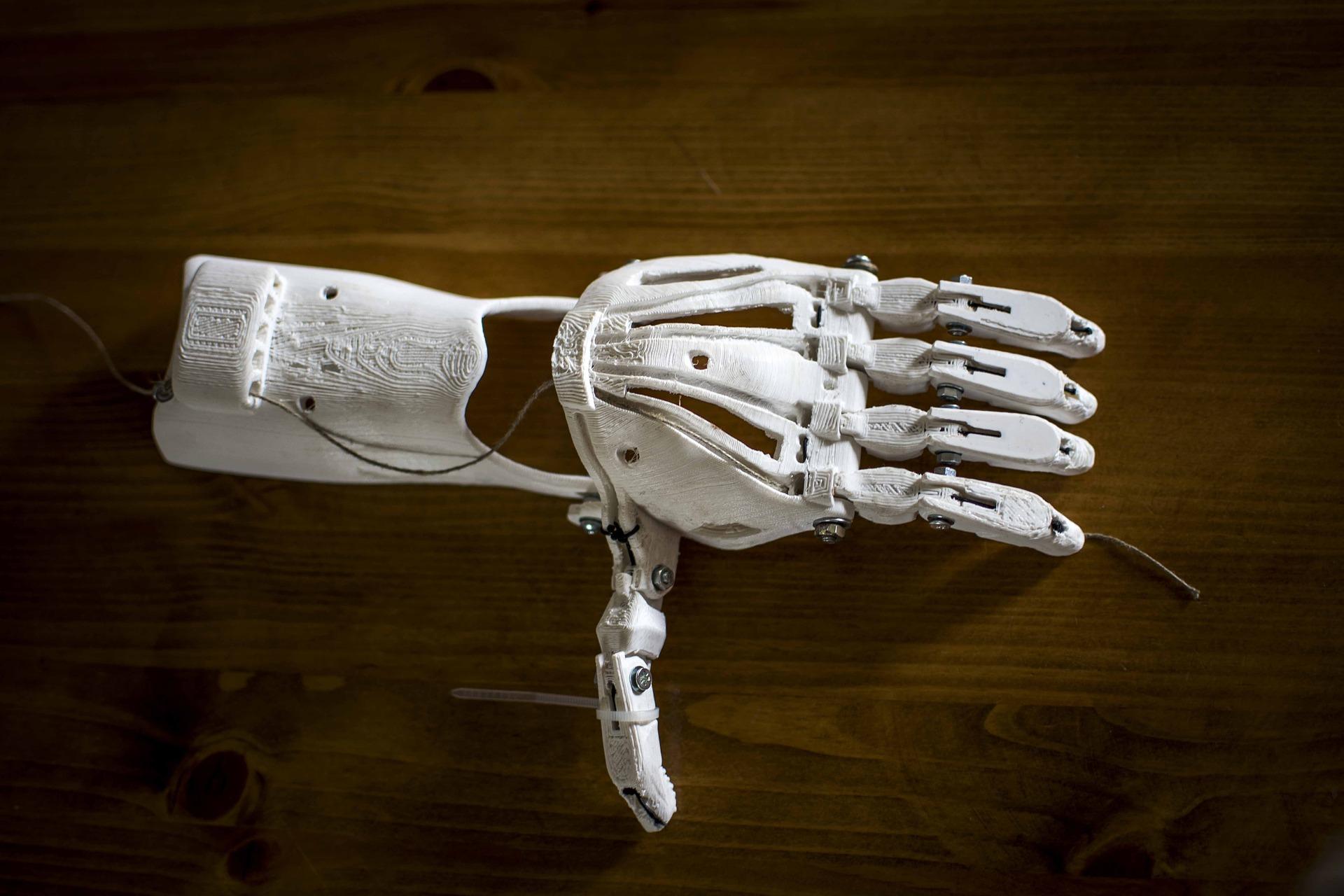 Imagem mostra uma prótese de mão e braço feita com impressora 3D.