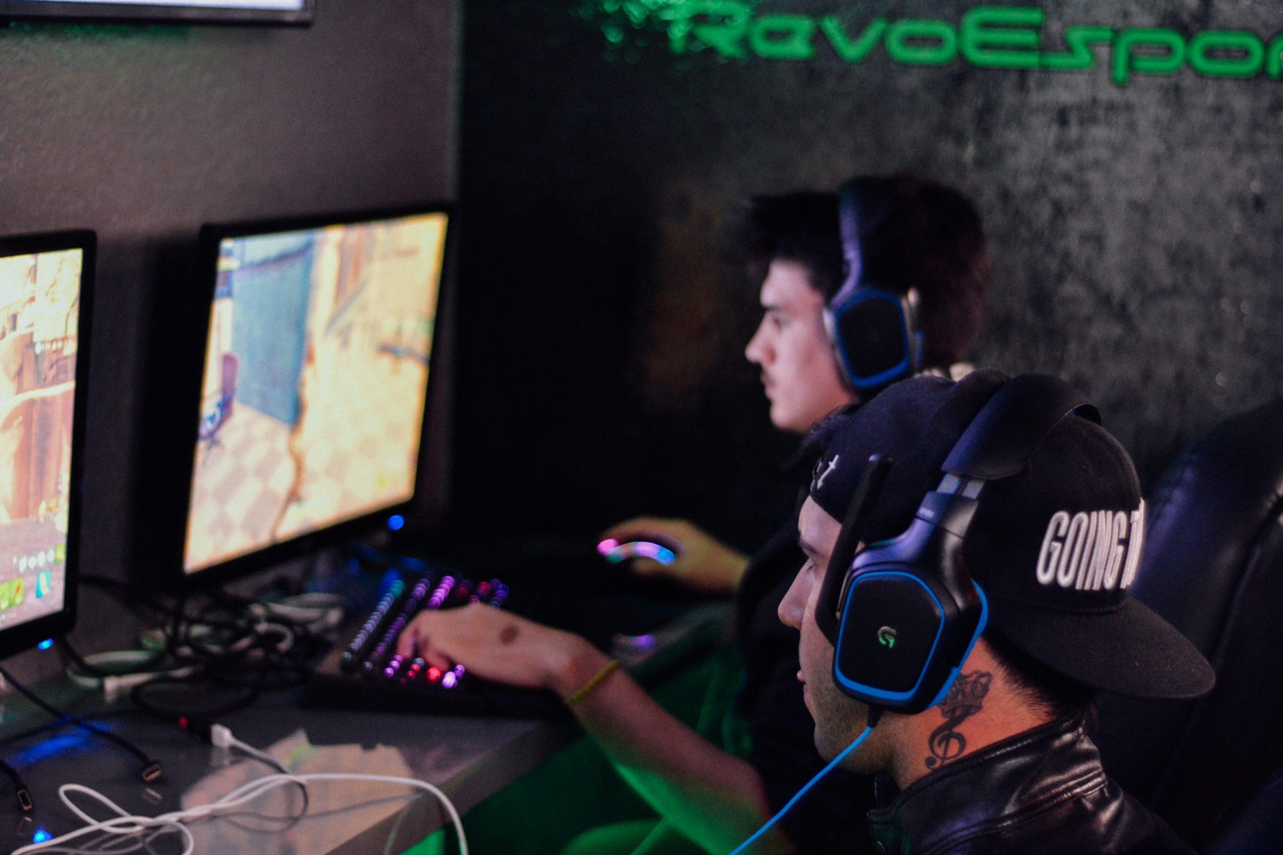 Dois gamers jogando jogo FPS com dois headsets cada um