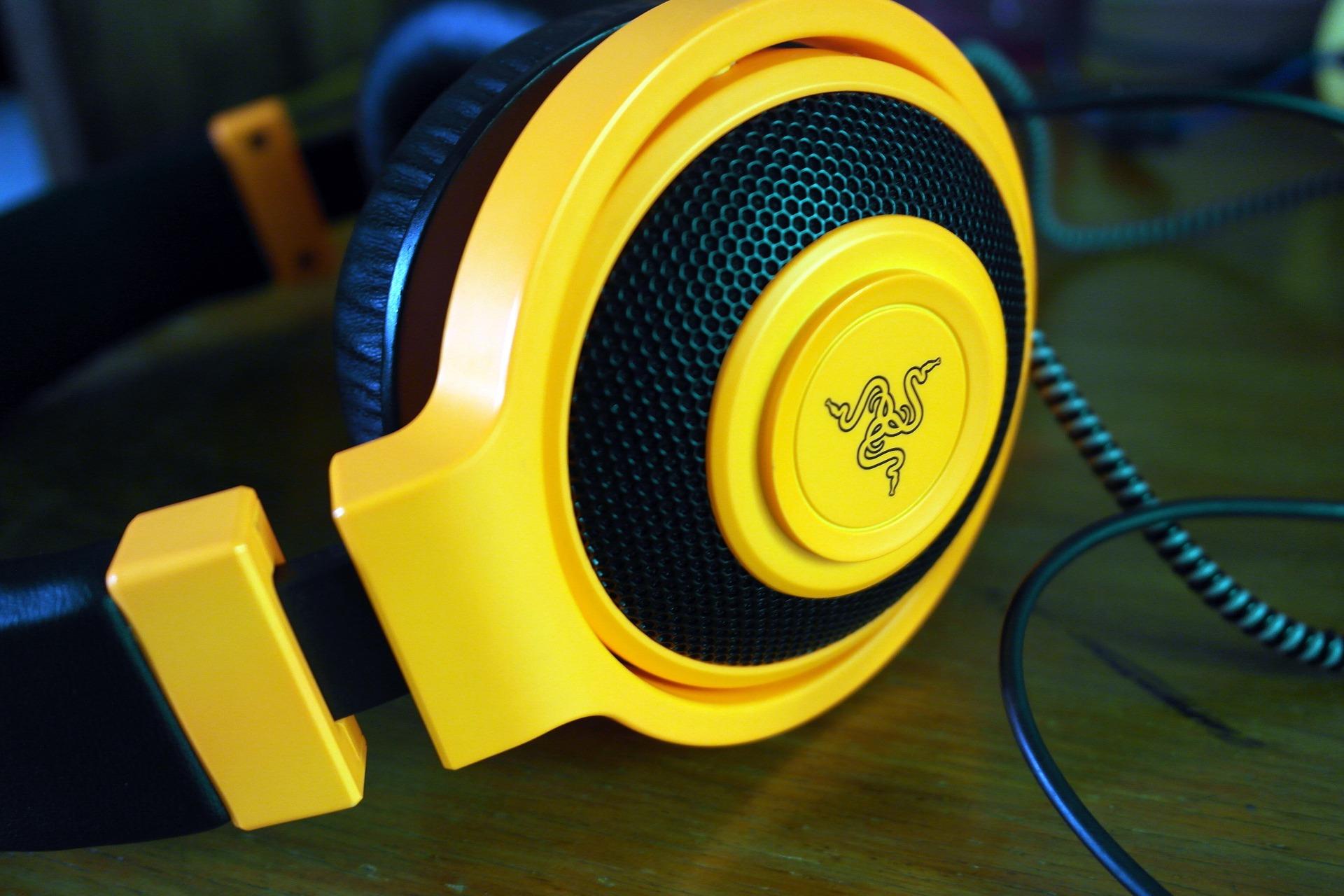 Imagem mostra um headset gamer em destaque.