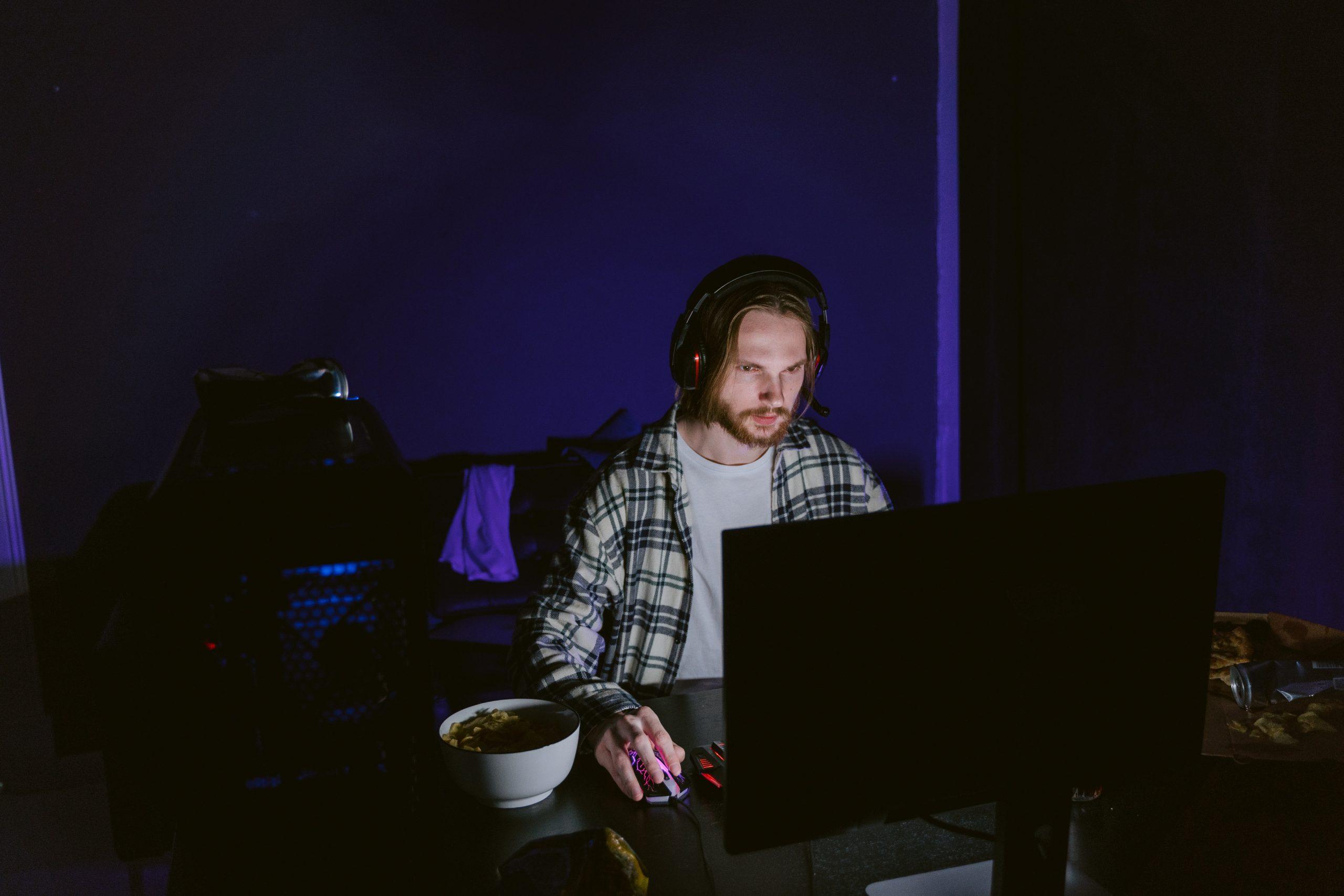 Imagem mostra uma pessoa usando um computador com um headset.