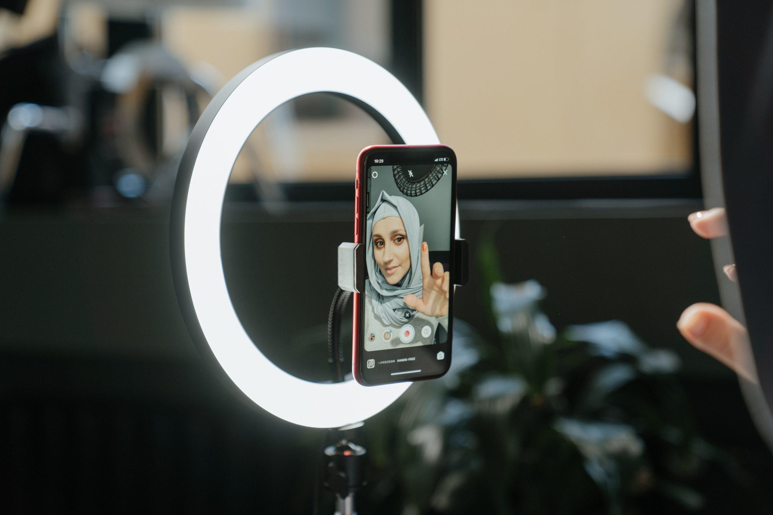 Imagem de uma mulher usando uma ring light.