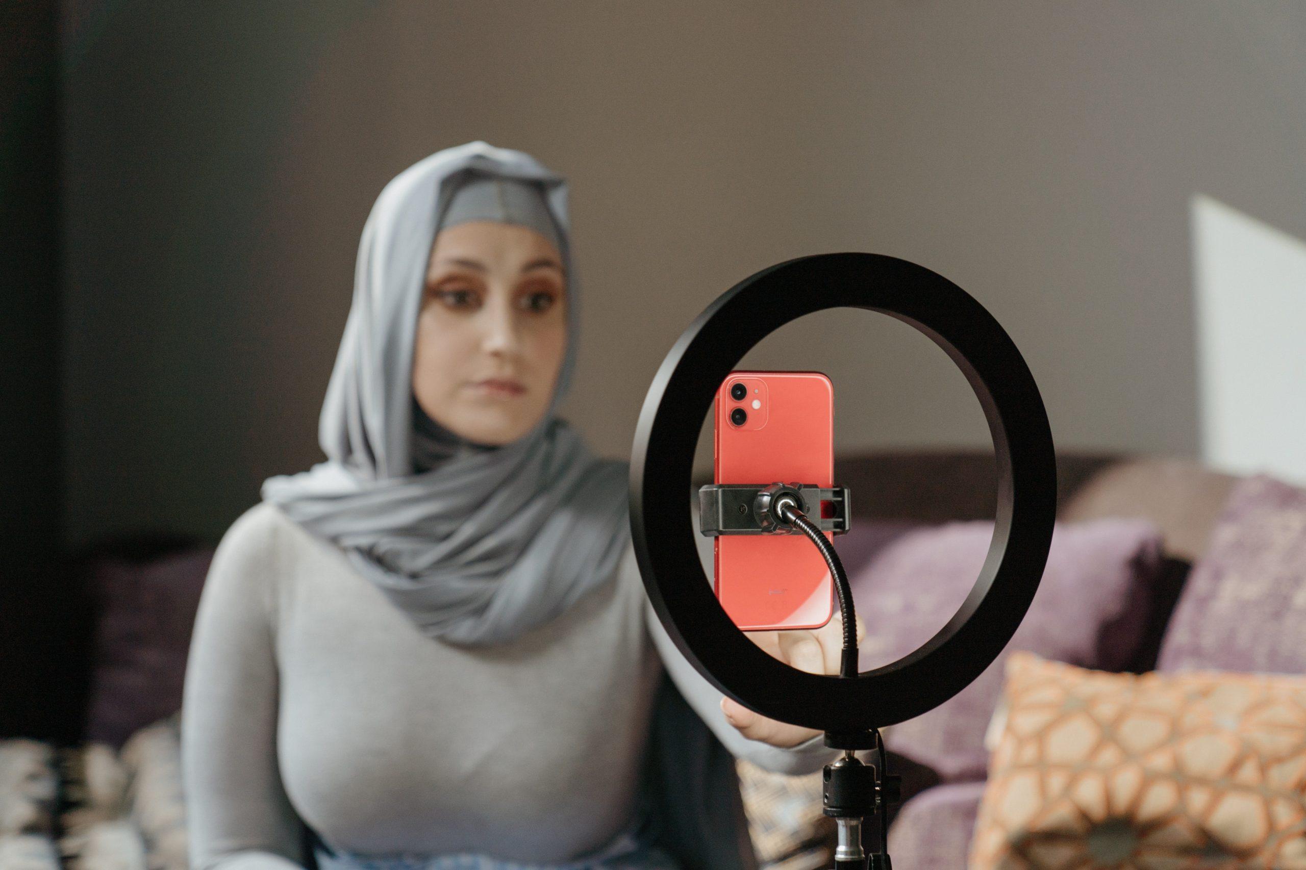 Imagem de uma mulher utilizando um ring light.