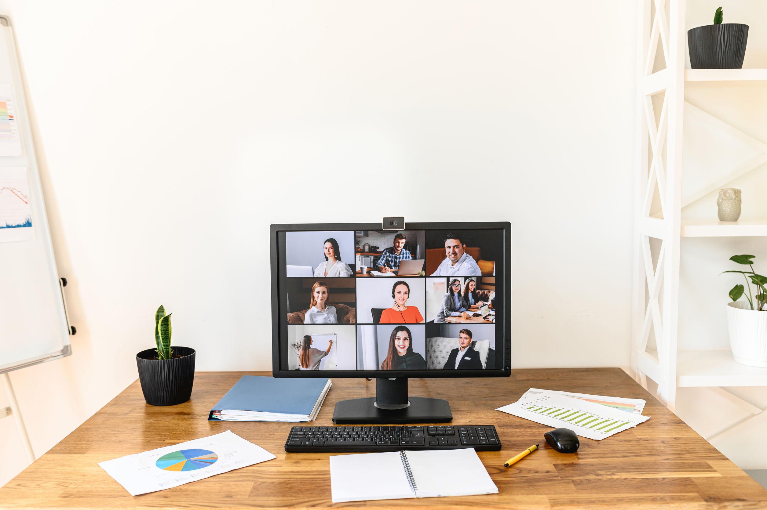 Monitor do computador com várias pessoas em reunião on-line usando webcam