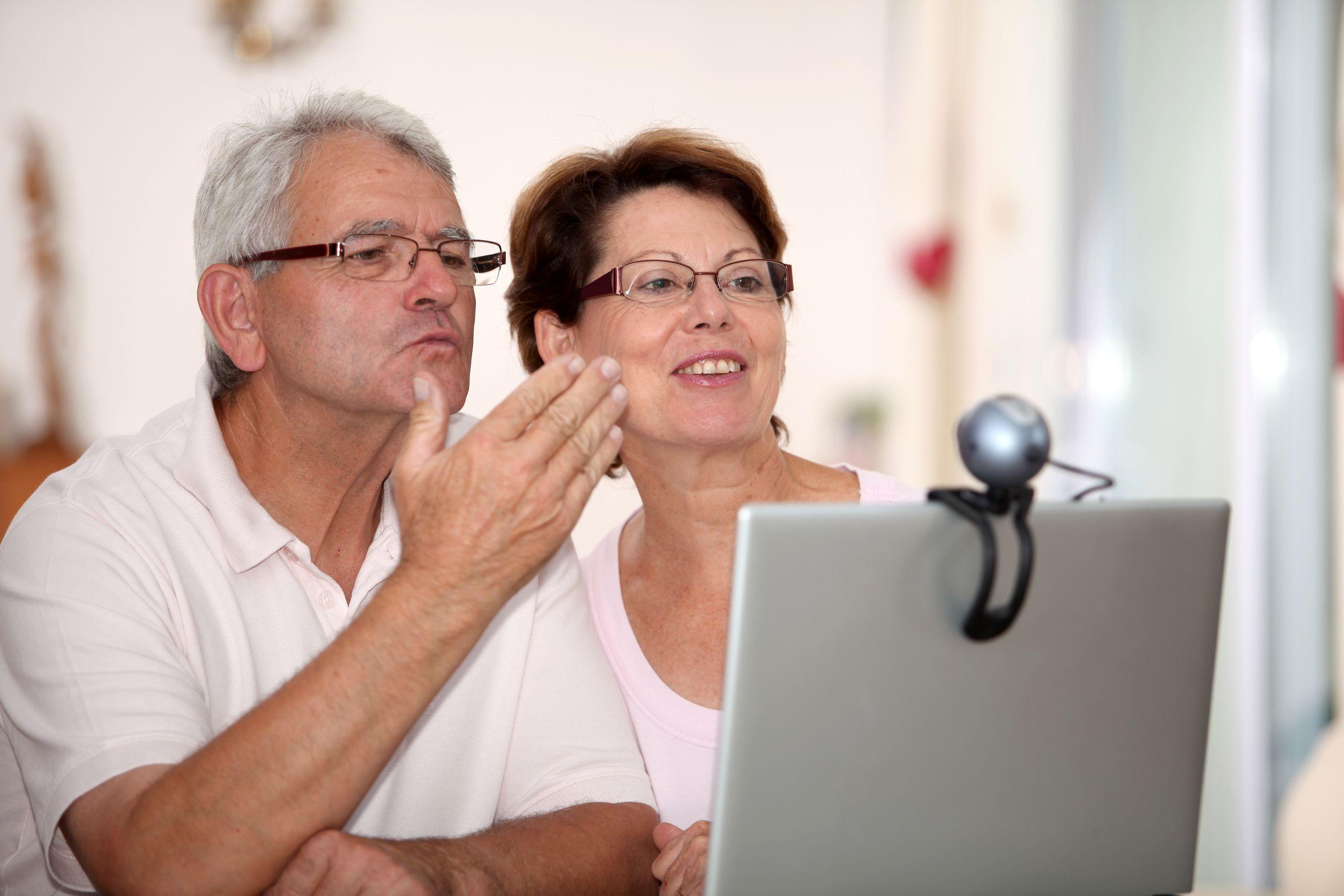 casal de meia idade se despede de familiares em reunião on-line