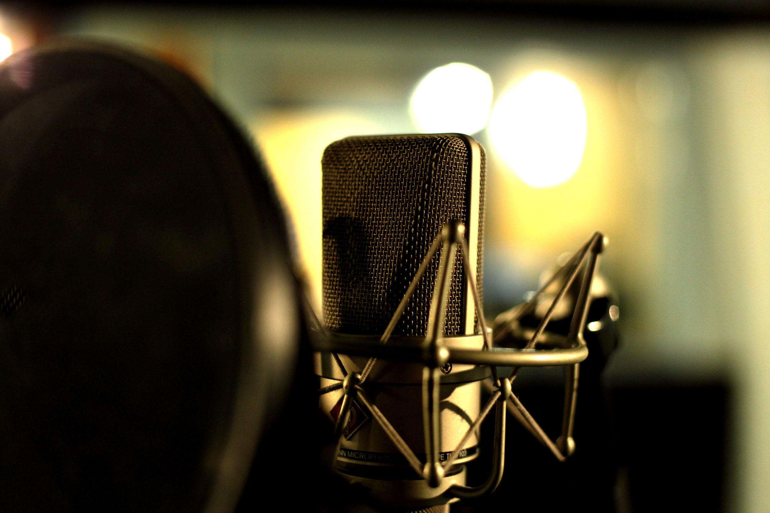 microfone condensador em um estúdio de gravação